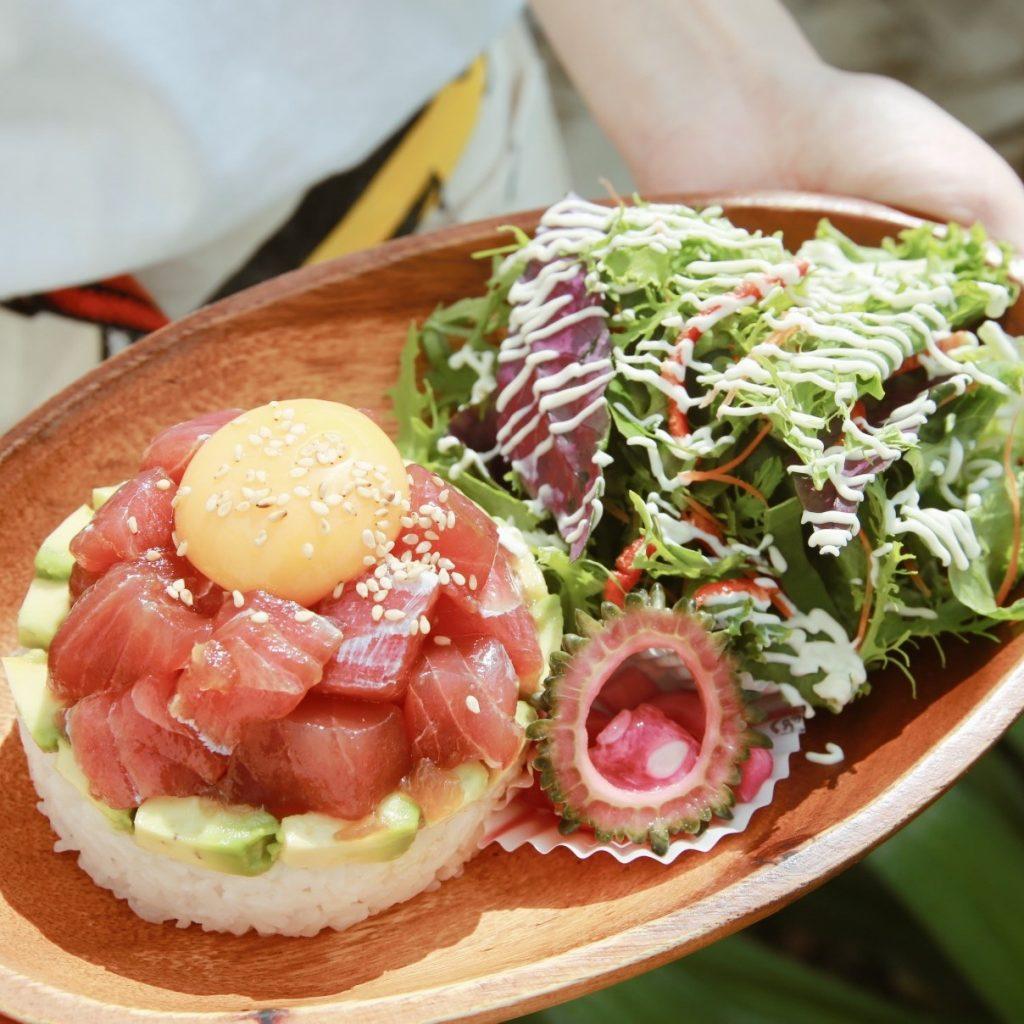 沖縄食材で地産地消メニュー「アヒポキライス」